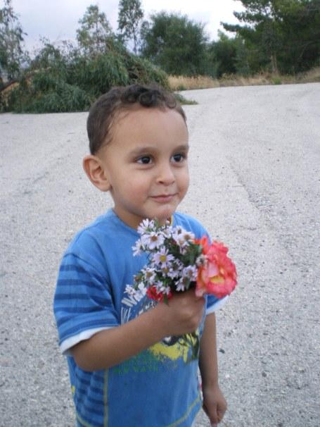 Des fleurs contre des balles. Les armes ne sont pas les mêmes dans chacun des camps