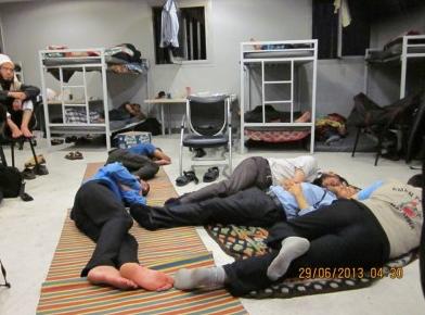 """http://www.alwatanvoice.com/arabic/news/2013/06/30/410053.html Sur le site : """"Des Palestiniens bloqués dans l'aéroport du Caire lancent un appel urgent pour leur venir en aide"""""""