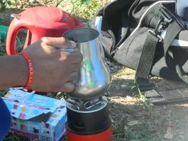 Petite pause thé à la menthe fait par un militant