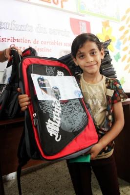Une enfant et son kit scolaire