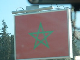 Une étoile verte sur un fond rouge