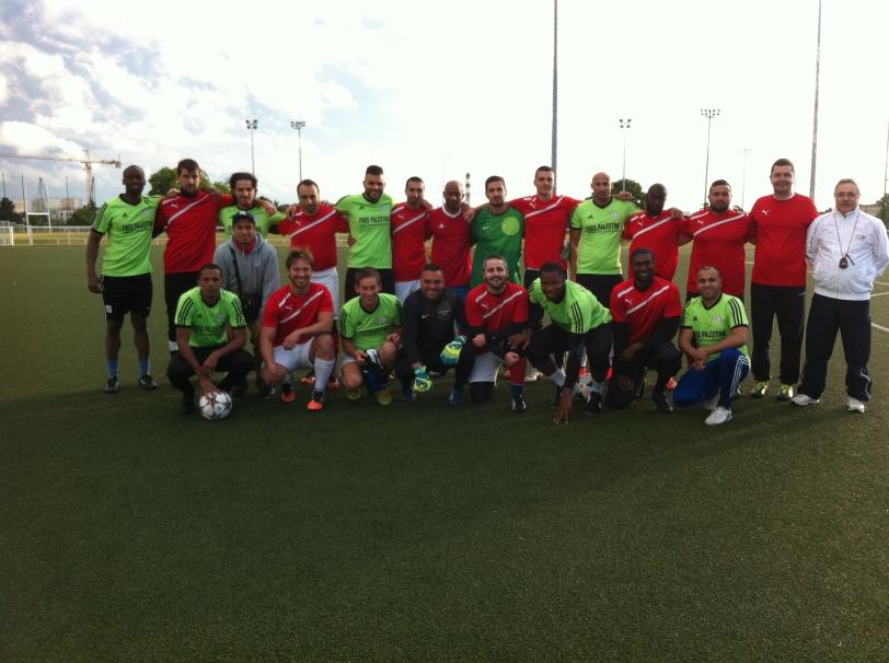 Les équipes Free Palestine et Pierrefitte A.S.N.P avant le début du match