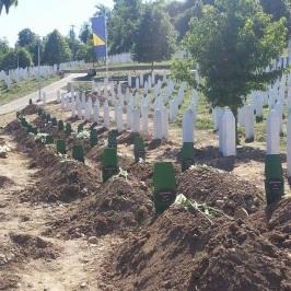Enterrer les corps récupérés - par Nadera Ben