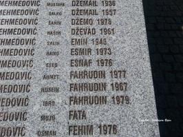 Les noms de morts gravés dans le marbre - par Nadera Ben