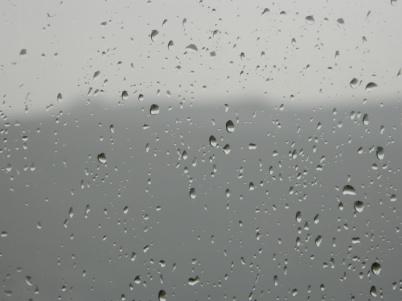 La pluie frappe à la vitre