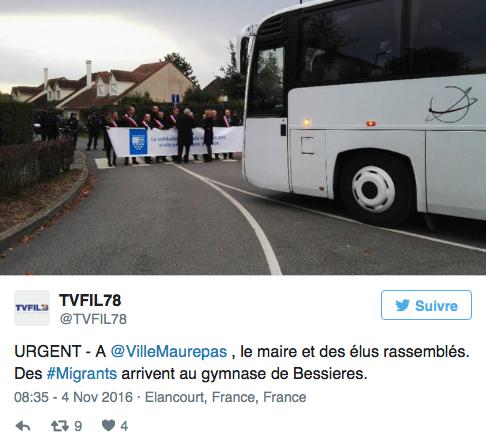 07/11/2016 - Des élus les Républicains bloquent un bus de réfugiés